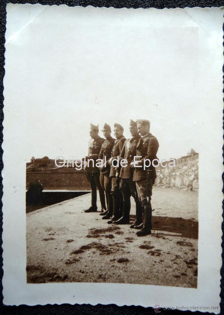 (JX-111)FOTOGRAFIA SOLDADOS CASTILLO DE MONTJUICH,1935,CAPELLA COMISARIO POLITICO GUERRA CIVIL (Militar - Fotografía Militar - Otros)