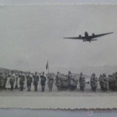 Militaria - GUERRA CIVIL : AVION SOBREVOLANDO UNA ESCUADRA DE TROPAS MORAS , REGULARES O JARCA - 52166727