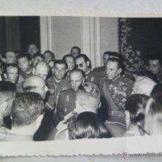 Militaria: FOTO CAUDILLO FRANCO RODEADO DE OFICIALES , UNO EX DIVISION AZUL CON DOS !! CRUCES DE HIERRO. TOLEDO. Lote 52308344