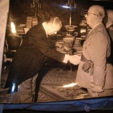 Militaria: FOTOGRAFIA ORIGINAL DE FRANCO SALUDANDO A ARIAS NAVARRO. AÑO 1967. JERARCA. FALANGE.. Lote 58476569
