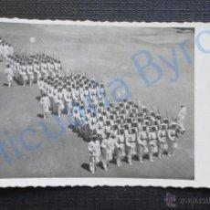 Militaria: FOTOGRAFÍA ANTIGUA. SOLDADOS DESFILANDO. (8,5 X 5,5 CM). Lote 52553051
