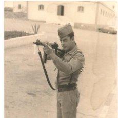Militaria: SOLDADO ESPAÑOL CON SUBFUSIL EN LOS AÑOS 60. Lote 52614868