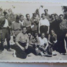 Militaria: GUERRA CIVIL : MILICIANOS ROJOS CON TENIENTE EJERCITO POPULAR DE LA REPUBLICA, CON GALONES EN MANGA. Lote 52617629