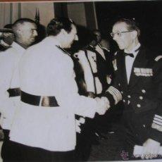 Militaria: FOTOGRAFIA ORIGINAL FECHADA DEL ALMIRANTE ANTUNEZ CON JERARCAS DEL MOVIMIENTO. FALANGE. AÑO 1968.. Lote 52761506