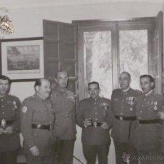Militaria: FOTOGRAFÍA DE OFICIALES CONDECORADOS 1963 - MEDIDAS 11,5 X 8,5 CM. Lote 52842595