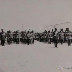Militaria: FOTOGRAFÍA SOLDADOS ESPAÑOLES EN FORMACIÓN - MEDIDAS 14 X 9 CM. Lote 52842669