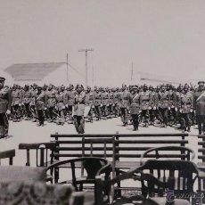 Militaria: FOTOGRAFÍA SOLDADOS ESPAÑOLES EN FORMACIÓN - MEDIDAS 14 X 9 CM. Lote 52842725
