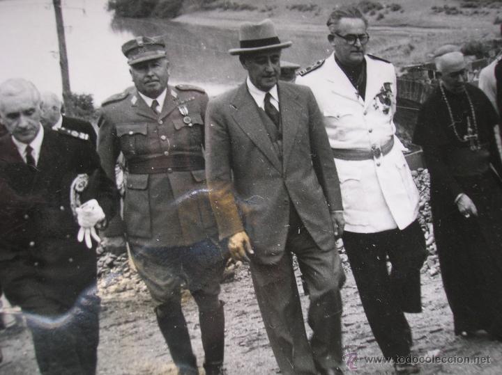 FOTOGRAFIA ORIGINAL DE FRANCO VISITANDO EL PANTANO DE GUADALEN. LINARES. VILCHES. JAEN. AÑO 1951. (Militar - Fotografía Militar - Otros)