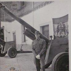 Militaria: FOTOGRAFÍA MILITAR ESPAÑOL CON CAÑON BANDERA ÁGUILA IMPERIAL 10 X 7 CM. Lote 52944169