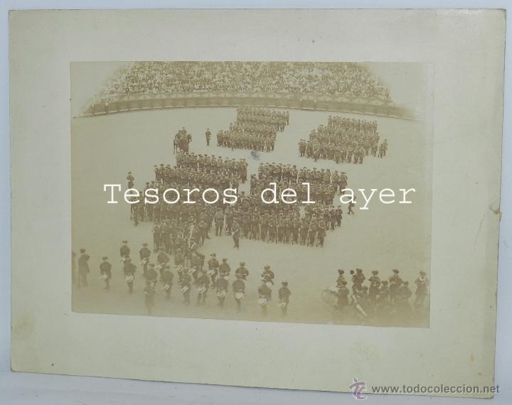 FOTOGRAFIA ALBUMINA DE SAN SEBASTIAN, CARLISMO, DE LA TAMBORRADA EN LA PLAZA DE TOROS DESFILE CON UN (Militar - Fotografía Militar - Otros)