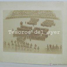 Militaria: FOTOGRAFIA ALBUMINA DE SAN SEBASTIAN, CARLISMO, DE LA TAMBORRADA EN LA PLAZA DE TOROS DESFILE CON UN. Lote 53330266