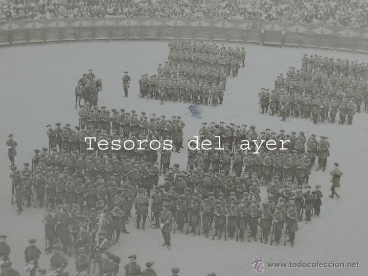 Militaria: FOTOGRAFIA ALBUMINA DE SAN SEBASTIAN, CARLISMO, DE LA TAMBORRADA EN LA PLAZA DE TOROS DESFILE CON UN - Foto 2 - 53330266