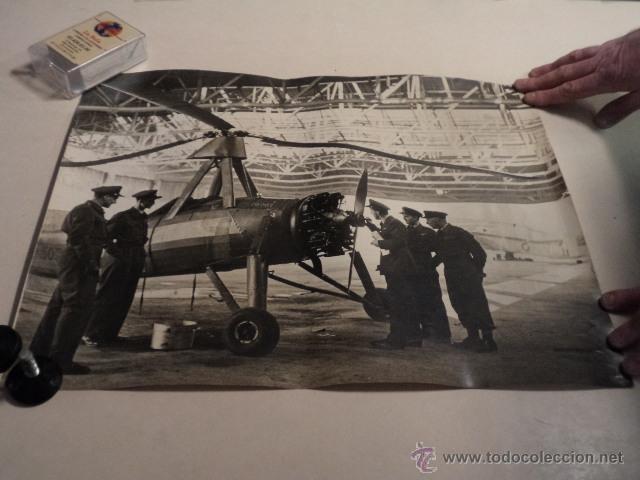FOTO DE PRENSA GRAN TAMAÑO (51X40CM) PILOTOS DE LA RAF INSPECCIONANDO UN FLYING WINDMILL - AÑO 1942 (Militar - Fotografía Militar - II Guerra Mundial)