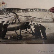 Militaria: FOTO DE PRENSA GRAN TAMAÑO (51X40CM) PILOTOS DE LA RAF INSPECCIONANDO UN FLYING WINDMILL - AÑO 1942. Lote 53515681