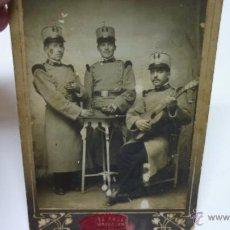 Militaria: ANTIGUA FOTO DE ESTUDIO JOSÉ BUENO. MADRID. TRES MILITARES ÉPOCA ALFONSO XIII. 17 X 11,5 CTMS.. Lote 53726886