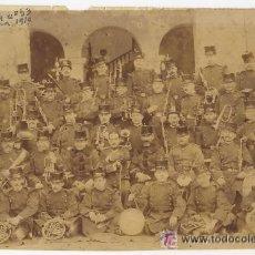 Militaria: BANDA MILITAR CON INSTRUMENTOS. ALCANTARA Nº 53. BARCELONA. 1910. SOLDADOS CON OFICIAL. EJERCITO. Lote 53947810
