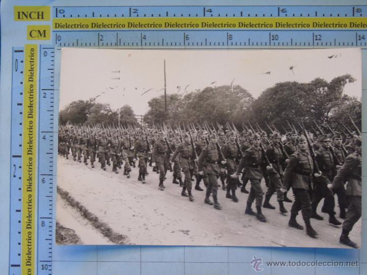 FOTO MILITAR. AÑOS 60 70. DESFILE DE SOLDADOS RECLUTAS. MATASELLO DE CÁDIZ (Militar - Fotografía Militar - Otros)