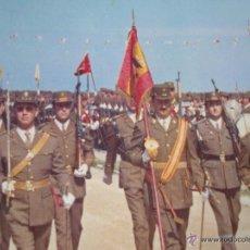 Militaria: FOTOGRAFIA DE DESFILE. AÑOS 70. BANDERAS CON AGUILA DE SAN JUAN.. Lote 71501351