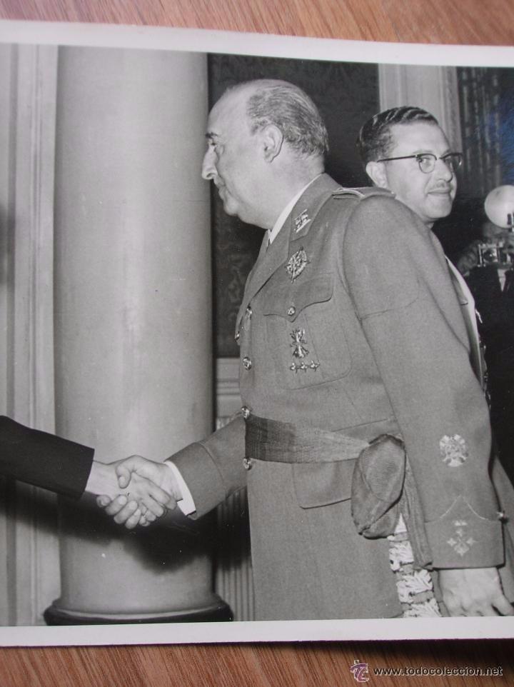 FOTOGRAFIA DEL GENERAL FRANCO SALUDANDO A UNA SEÑORA. RECEPCION DE EL PARDO. (Militar - Fotografía Militar - Otros)