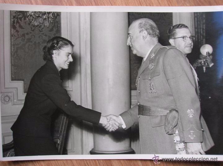Militaria: FOTOGRAFIA DEL GENERAL FRANCO SALUDANDO A UNA SEÑORA. RECEPCION DE EL PARDO. - Foto 2 - 55026501