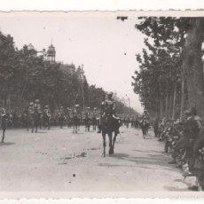Militaria: FOTO ORIGINAL 11 X 8 CTMS. DESFILE MILITAR PASEO DE GRACIA. BARCELONA. CIRCA 1920. Lote 55147038