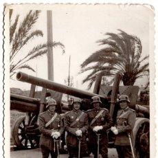 Militaria: FOTOGRAFÍA MILITARES CON TRAJE DE GALA Y CASCO M42, DETRAS CAÑONES 122/46 - MEDIDAS 13,5 X 8,5 CM. Lote 66279458