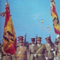 Militaria: FOTOGRAFIA DE DESFILE AÑOS 70. BANDERAS CON AGUILA DE SAN JUAN. REGULARES.. Lote 56017284