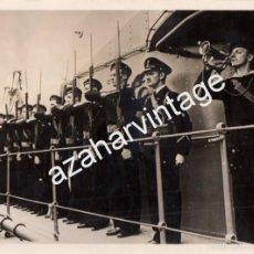 Militaria: FORMACION DE MARINERO RUSOS EN LA CUBIERTA DE UN BUQUE, WWII,208X154MM. Lote 56036787
