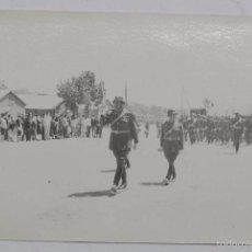 Militaria: FOTOGRAFIA DE MILITARES DESFILANDO, AÑOS 60, MIDE 14 X 9 CMS.. Lote 56272917