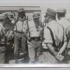Militaria: FOTOGRAFIA DEL COMANDANTE OÑATE JUNTO CON OTROS OFICIALES DE LA LEGION EN EL SAHARA, AÑOS 60, MIDE 1. Lote 56346537