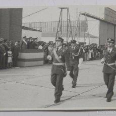 Militaria: FOTOGRAFIA DE DESFILE DE REGIMIENTO DE AVIACION EN CARTAGENA, EN PALCO DE AUTORIDADES ELTENIENTE GE. Lote 56348121