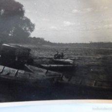 Militaria: SOLDADO WEHRMACHT REMANDO EN PIRAGUA EN UN LAGO.AÑOS 1939-45. Lote 56508560