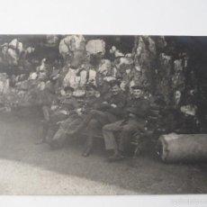 Militaria: POSTCARD OFICIALES Y SOLDADOS ALEMANES SENTADOS EN UN BANCO . I GUERRA MUNDIAL. Lote 56852924