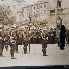 Militaria: POSTAL FOTOGRAFIA DE PARADA MILITAR,PERSONAJE RECORTADO,PODRIA SER EL REY,PARECE LA CORUÑA. Lote 57028750