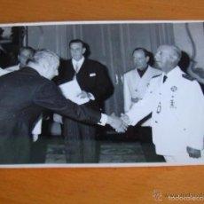 Militaria: FOTOGRAFIA ORIGINAL DEL GENERALISIMO FRANCO CON JERARCAS DEL MOVIMIENTO. FALANGE. . Lote 57180164