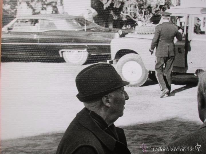 FOTOGRAFIA DEL GENERAL FRANCO EN UNA CACERIA EN JAEN. GRAN FORMATO. FECHADA EN EL AÑO 1973. (Militar - Fotografía Militar - Otros)
