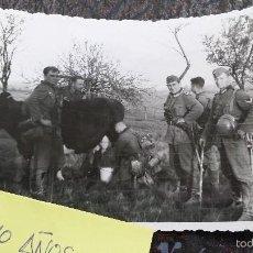Militaria: FOTO ORIGINAL SEGUNDA GUERRA MUNDIAL SOLDADOS ORDEÑANDO. Lote 57873562