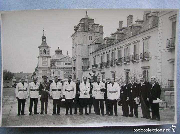 FOTOGRAFIA ORIGINAL.JERARCAS FALANGISTAS EN EL PALACIO DEL PARDO. GUARDIA MORA DE FRANCO. FALANGE. (Militar - Fotografía Militar - Otros)