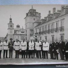Militaria: FOTOGRAFIA ORIGINAL.JERARCAS FALANGISTAS EN EL PALACIO DEL PARDO. GUARDIA MORA DE FRANCO. FALANGE.. Lote 58259453