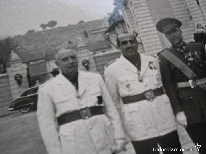 Militaria: FOTOGRAFIA ORIGINAL.JERARCAS FALANGISTAS EN EL PALACIO DEL PARDO. GUARDIA MORA DE FRANCO. FALANGE. - Foto 4 - 58259453