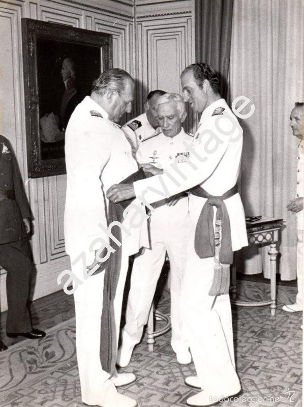 EL REY DON JUAN CARLOS, IMPONIENDO A SU PADRE, DON JUAN, EL FAJIN DE ALMIRANTE, 1978, 180X240MM (Militar - Fotografía Militar - Otros)