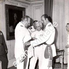 Militaria: EL REY DON JUAN CARLOS, IMPONIENDO A SU PADRE, DON JUAN, EL FAJIN DE ALMIRANTE, 1978, 180X240MM. Lote 58663518