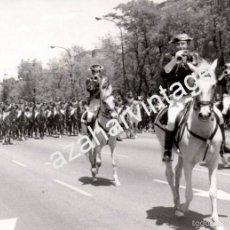 Militaria: MADRID, 1972, FUERZAS DE LA GUARDIA CIVIL A CABALLO EN UN DESFILE DE LA VICTORIA,180X130MM. Lote 58693370