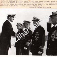 Militaria: ROTA,1976, EL REY A SU LLEGADA A LA BASE NAVAL, CONDECORACIONES,COLECTIVA,198X164MM. Lote 58786016