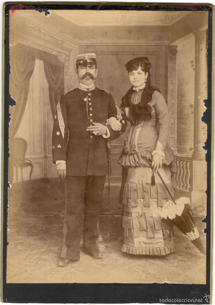 FOTOGRAFÍA ALBÚMINA DE MILITAR CON ESPOSA ELEGANTE - ÉPOCA ISABELINA - SIGLO XIX (Militar - Fotografía Militar - Otros)