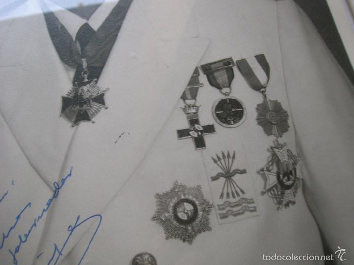 FOTOGRAFIA ENMARCADA CON DEDICATORIA DE JERARCA FALANGISTA DEL MOVIMIENTO. FALANGE. GRAN TAMAÑO. (Militar - Fotografía Militar - Otros)