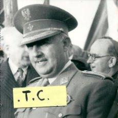 Militaria: ORIGINAL FOTOGRAFIA DE FRANCO ACOMPAÑADO DEL OBISPO ALMARCHA EN LEON-(FOTO ANTONIO)-17X24 CM.. Lote 61302191