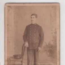 Militaria: SOLDADO CON GORRA DE PLATO, ANTERIOR 1900. Lote 62174700