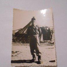 Militaria: FOTO FOTOGRAFIA ANTIGUA HOMBRE MILITAR DELANTE DE CAMPAMENTO. TDKP13. Lote 62623168