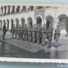 Militaria: GUERRA CIVIL : MILITARES ARMADOS EN FORMACION . FOTO ROS , CEUTA.. Lote 62918320